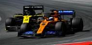 Carlos Sainz por delante de Daniel Ricciardo en el GP de Austria F1 2019 - SoyMotor