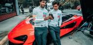Sainz y Norris, repartidores de lujo por un día con el McLaren 600LT - SoyMotor.com