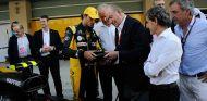 Carlos Sainz Jr., Jerome Stoll, el rey Juan Carlos, Alain Prost y Carlos Sainz en Yas Marina - SoyMotor.com
