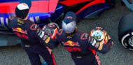 Daniil Kvyat (izquierda) y Carlos Sainz (derecha) en la presentación del Toro Rosso STR12 - SoyMotor