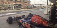 Sainz saliendo del box de Toro Rosso en Abu Dabi - LaF1
