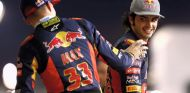 Carlos Sainz bromea con Max Verstappen durante la foto de familia de Toro Rosso - LaF1