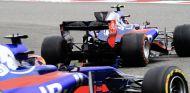 Carlos Sainz por delante de Daniil Kvyat en China – SoyMotor.com