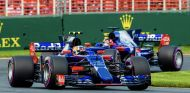 Carlos Sainz por delante de Daniil Kvyat – SoyMotor.com