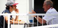Carlos Sainz (izq.) habla con Helmut Marko (der.) – SoyMotor.com