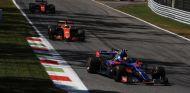 Carlos Sainz y su Toro Rosso, seguidos por dos motores Honda en Italia 2017 – SoyMotor.com
