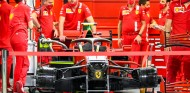 Mecánicos de Ferrari en el GP de Sakhir 2020 - SoyMotor.com