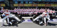 Marcus Ericsson y Charles Leclerc junto a los miembros de Sauber en Australia - SoyMotor.com