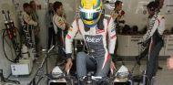 Esteban Gutiérrez se mete dentro del Sauber C32 - LaF1