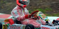 Michael Schumacher en Kerpen con una herramienta para mejorar la visibilidad en su casco en lluvia - SoyMotor.com
