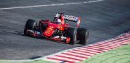 Sebastian Vettel con los neumáticos de 2017 en Barcelona - LaF1