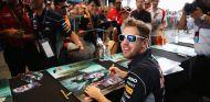 Sebastian Vettel firma autógrafos en Malasia - LaF1