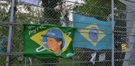 Banderas de Ayrton Senna y Brasil en Imola - SoyMotor.com