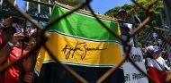 Aficionados con bandera de Ayrton Senna en Brasil - SoyMotor.com