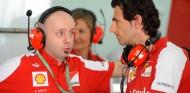 Simone Resta y Pedro de La Rosa en el box de Ferrari - LaF1