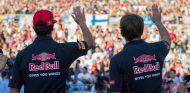 Daniel Ricciardo y Jean-Éric Vergne saludan a los fans en Suzuka - LaF1
