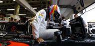 Fernando Alonso subiendo a su coche en Bakú - LaF1