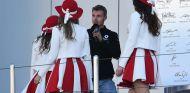 Sergey Sirotkin junto a tres azafatas en Rusia - SoyMotor.com