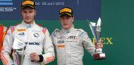 Sirotkin y Vandoorne en el podio de Silverstone durante el campeonato GP2 de 2015 - SoyMotor.com