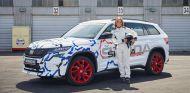 Sabine Schmitz posa con el Skoda Kodiaq RS tras marcar el récord - SoyMotor