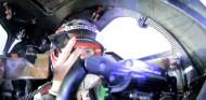 Sophia Flörsch contacta con su equipo a través de un teléfono móvil en Le Mans, imagen Eurosport - SoyMotor.com