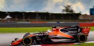 Alonso y Magnussen, a la par en Malasia - SoyMotor.com