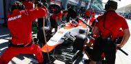 Will Stevens ensayando un pit stop duranto los libres del viernes en Malasia - LaF1