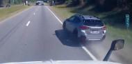 Cómo no adelantar: pasa a un camión con dos ruedas fuera del asfalto