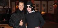 Michael Schumacher y Michael Jackson en Baréin en 2006 - SoyMotor.com