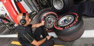 Ingeniero de Pirelli junto a varios superblandos - SoyMotor.com