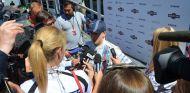 Susie Wolff atiende a los medios en el paddock de Hockenheim - LaF1