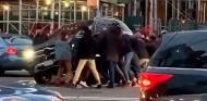Levantan a peso un SUV para rescatar a una persona atropellada - SoyMotor.com
