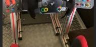 Carlos Sainz recibe un simulador para entrenar en España - SoyMotor.com