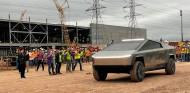 Musk hace una aparición estelar con el Tesla Cybertruck