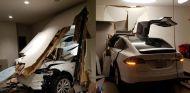 Tesla Model X atraviesa la pared del salón - SoyMotor.com