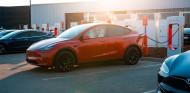 Tesla en un supercargador - SoyMotor.com
