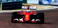 ¡Cazado! Vettel estrena en Fiorano los Pirelli súper anchos de 2017 - LaF1
