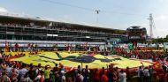 Los Tiffosi de Ferrari en la recta principal de Monza tras la carrera del 2014 - LaF1