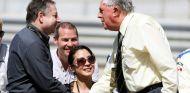 Jean Todt estrecha la mano de Jack Brabham, en 2010 - LaF1