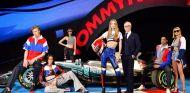 Tommy Hilfiger junto a varios modelos y al W08 de Mercedes - SoyMotor.com
