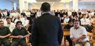 Tony Fernandes se dirige a su público durante la presentación de Kobayashi y Ericsson - LaF1