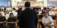 Tony Fernandes frente a los empleados de Caterham, a principios de año - LaF1