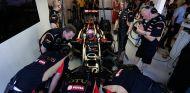 Mecánicos de Lotus trabajando en el E22 de Romain Grosjean, en Australia - LaF1