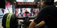 Mecánico de Toro Rosso en el box de Japón - LaF1