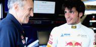 Franz Tost y Carlos Sainz durante los test de Silverstone