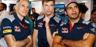 Franz Tost (izq.) junto a Daniil Kvyat (centro) y Carlos Sainz (der.) – SoyMotor.com