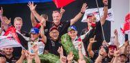 El equipo Toyota, en plena celebración en Finlandia - SoyMotor.com
