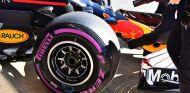 Neumático ultrablando en el RB14 en Barcelona - SoyMotor.com