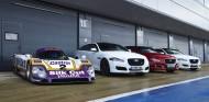 El presente de Jaguar y el veterano Jaguar XJ-R9 LM posan en formación - SoyMotor