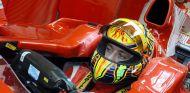 Valentino Rossi subido hace unos años a un Ferrari - LaF1